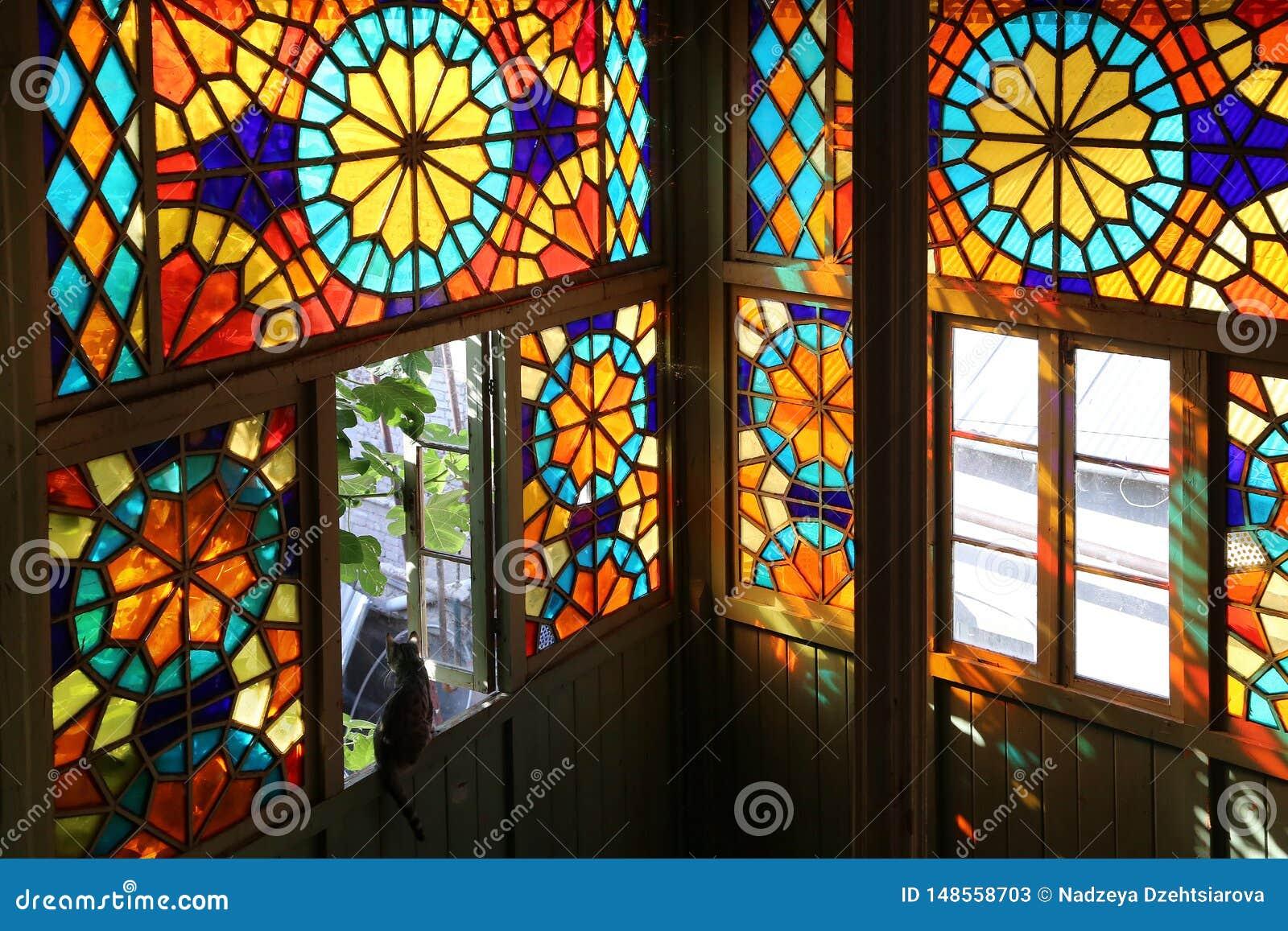 传统格鲁吉亚样式的木阳台与彩色玻璃窗