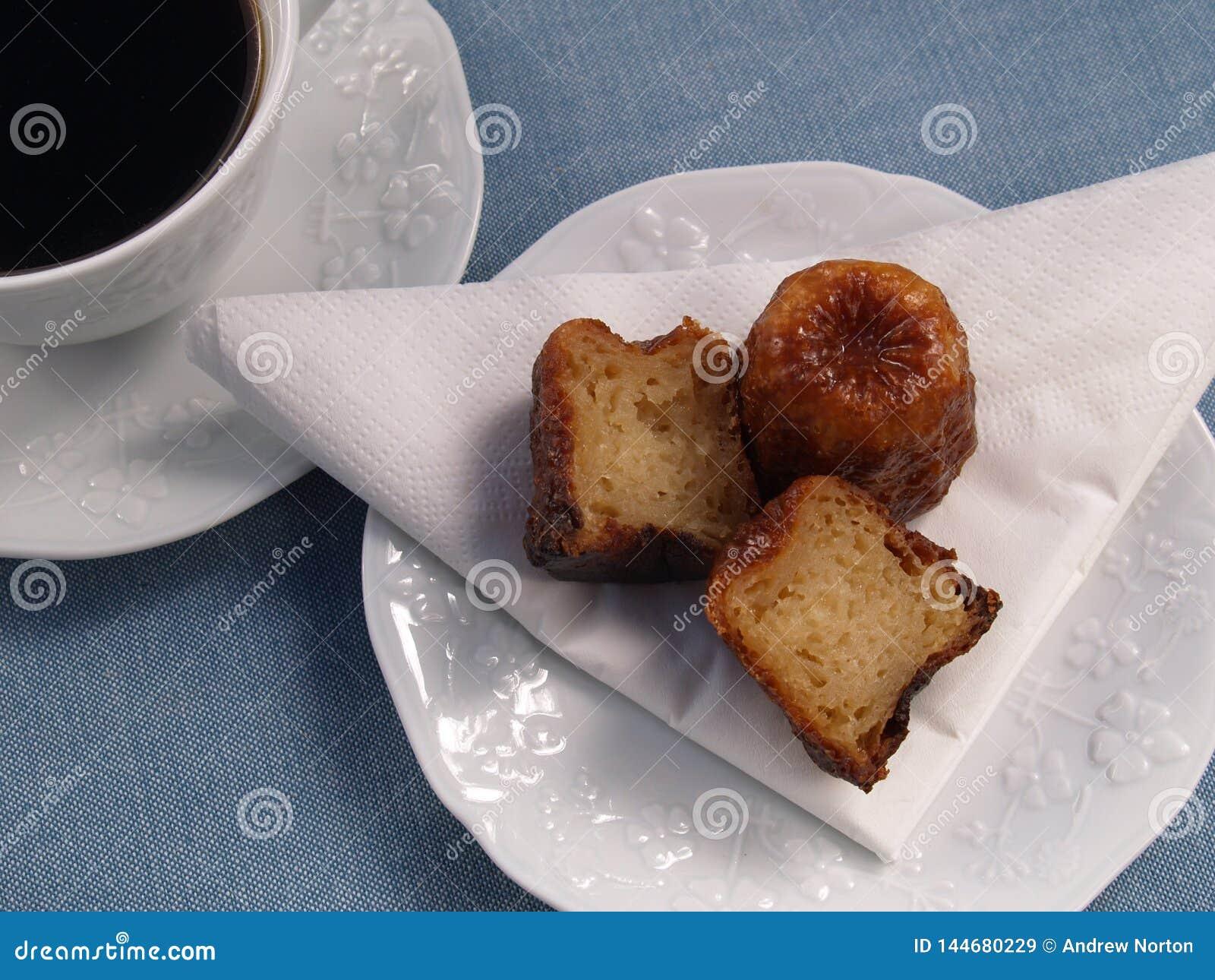 传统法国蛋糕canelé用咖啡