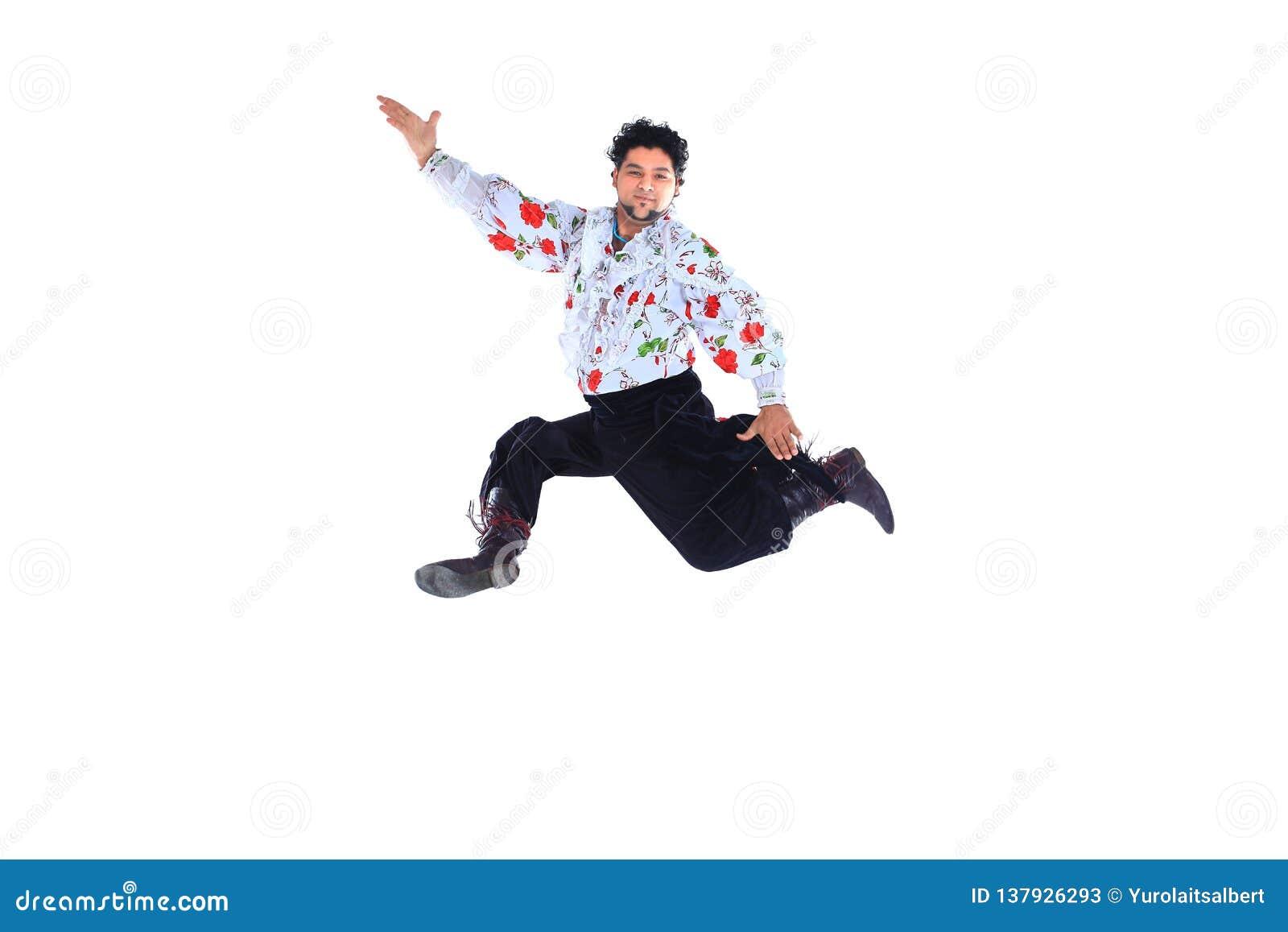 传统礼服的吉普赛男性舞蹈家进行民间舞