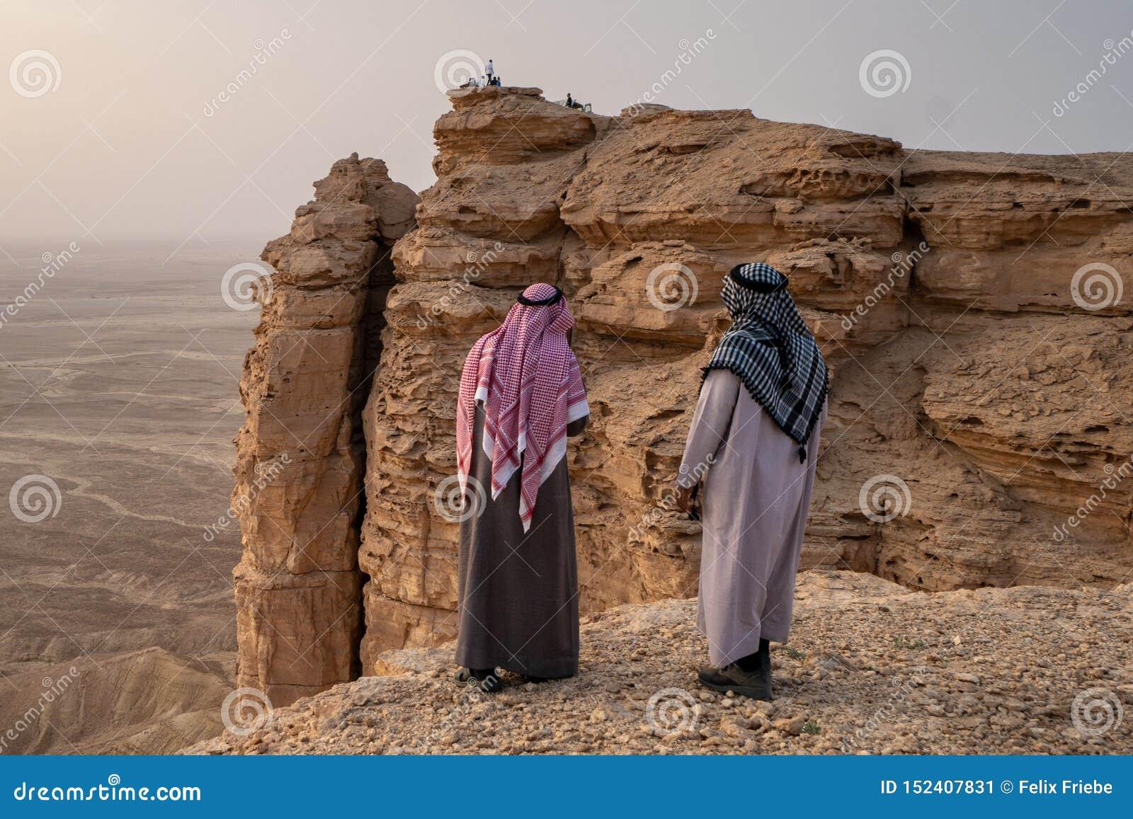 传统衣物的两个阿拉伯人在世界的边缘在利雅得附近的在沙特阿拉伯