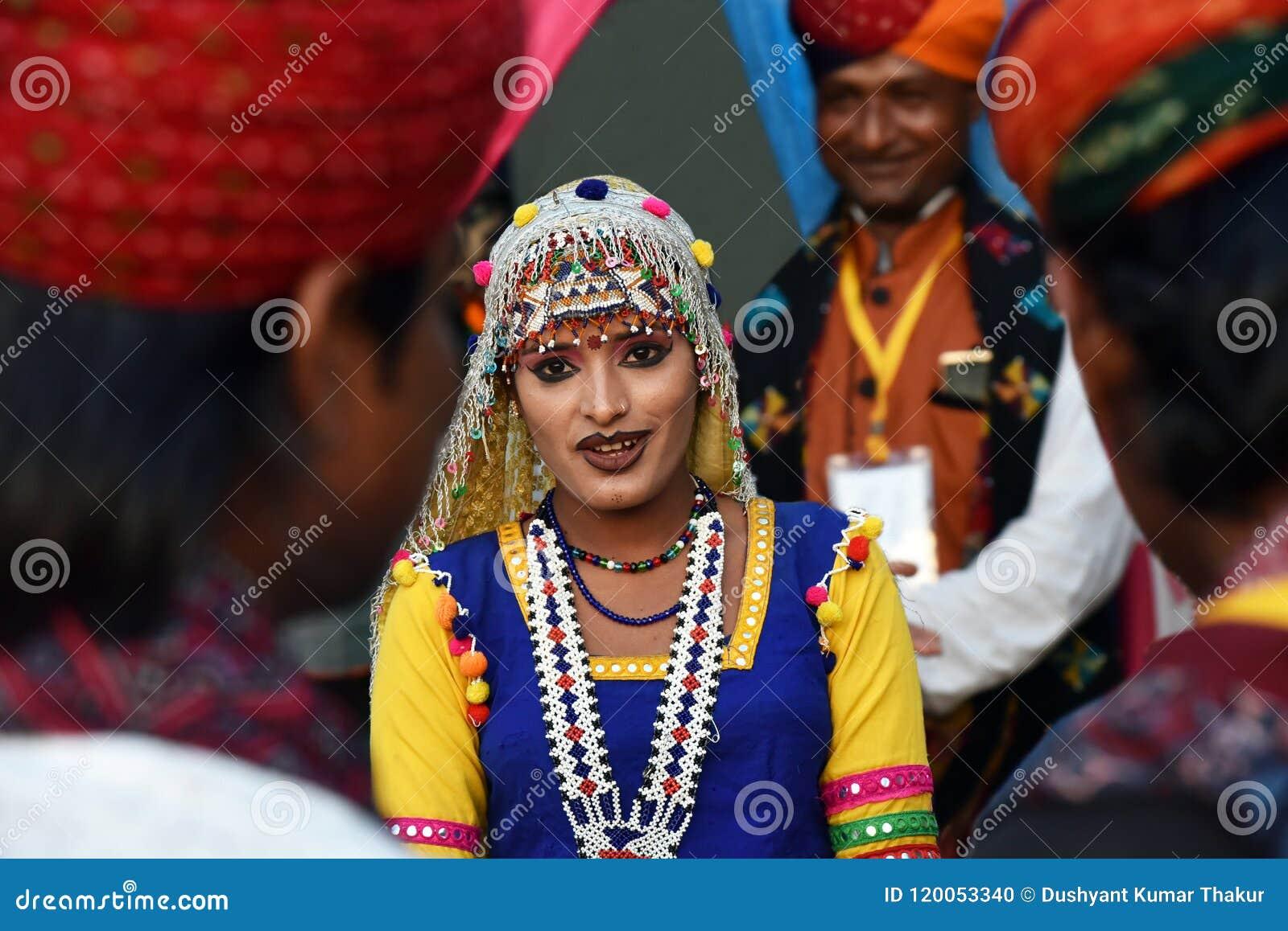 传统Rajasthani礼服的印地安女孩