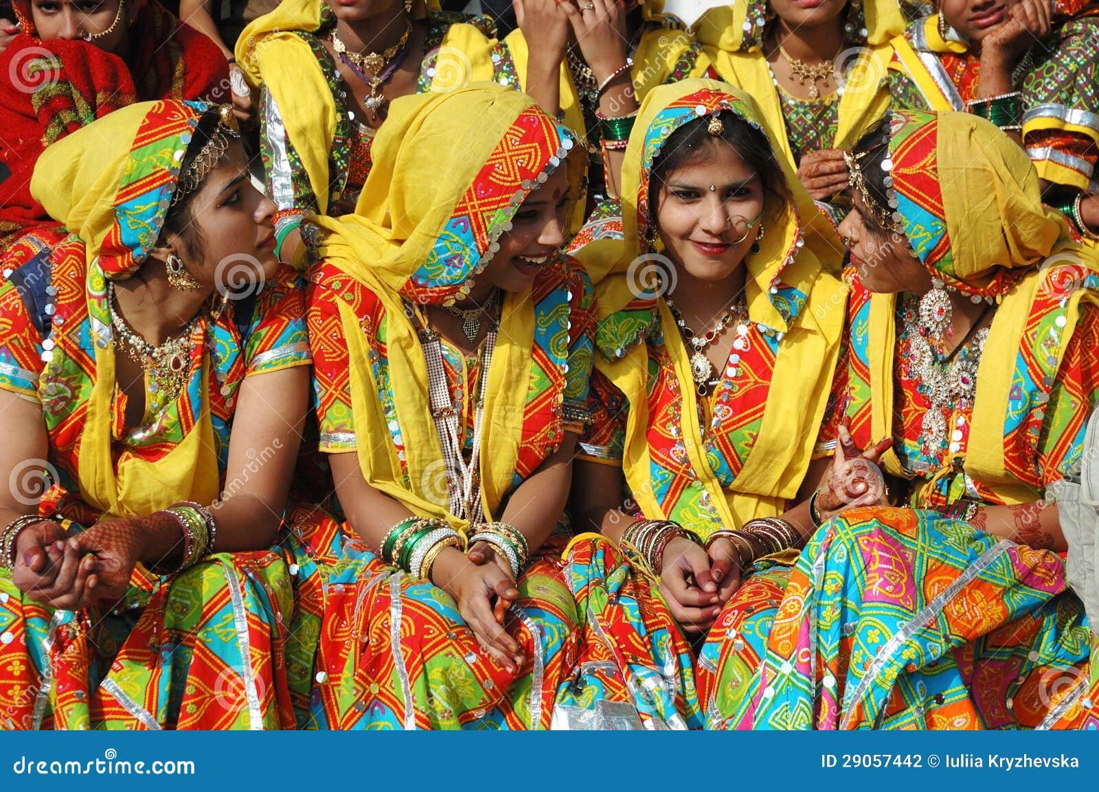 传统rajasthani衣裳的美丽的印第安妇女在公平Pishkar的骆驼