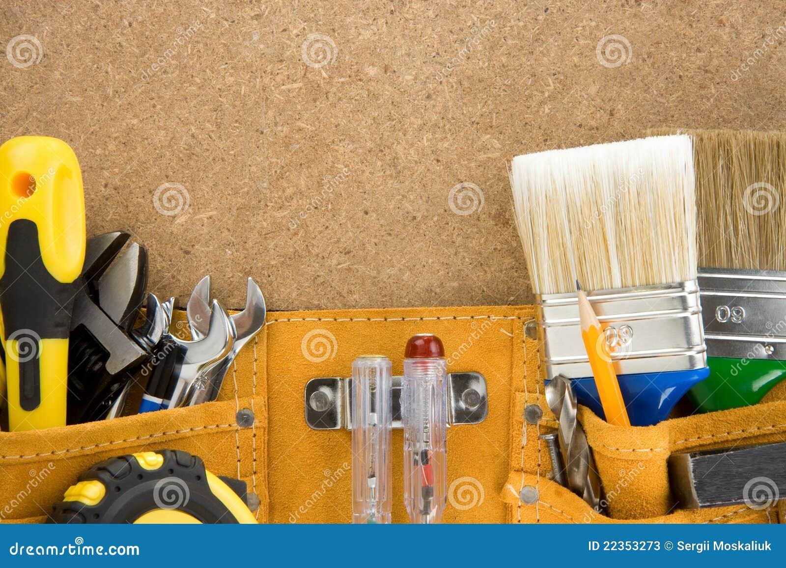 传送带用工具加工木头