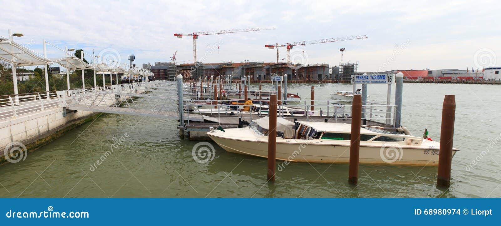 传统水出租汽车在威尼斯机场