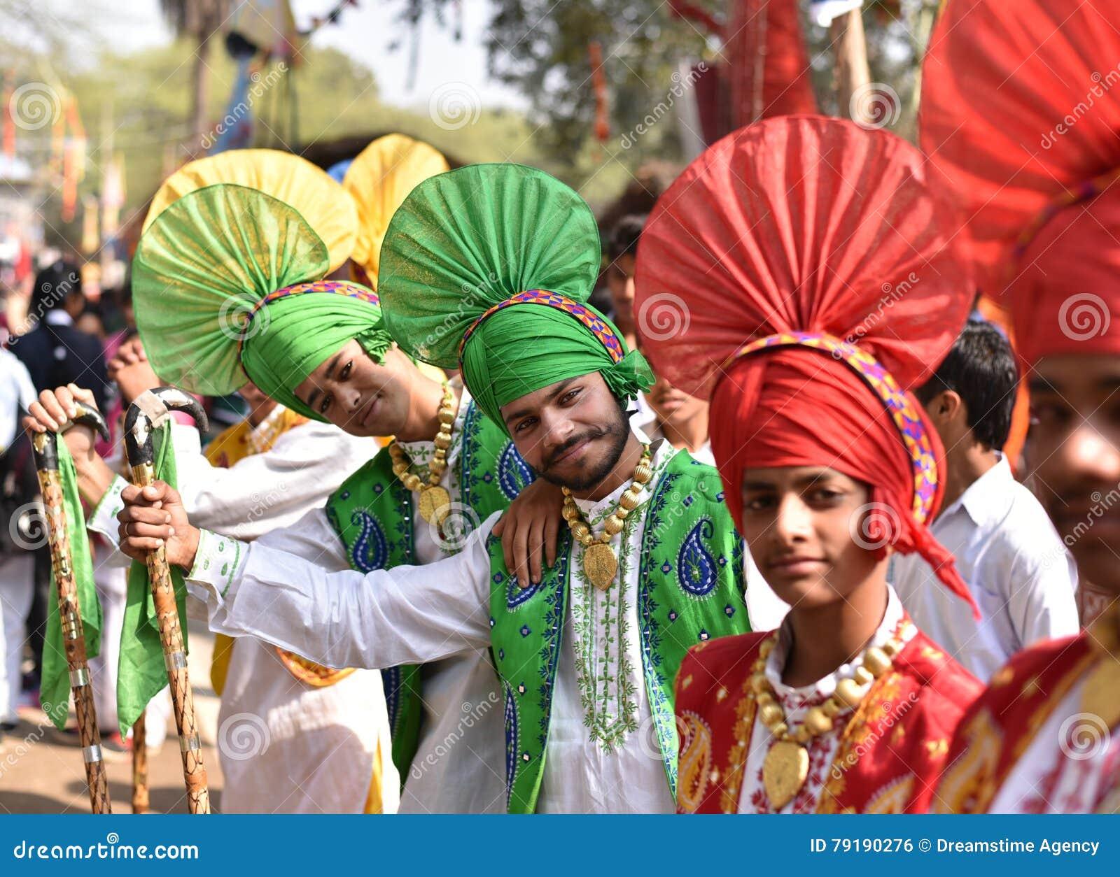 传统印地安旁遮普语的年轻男孩穿戴,享受市场