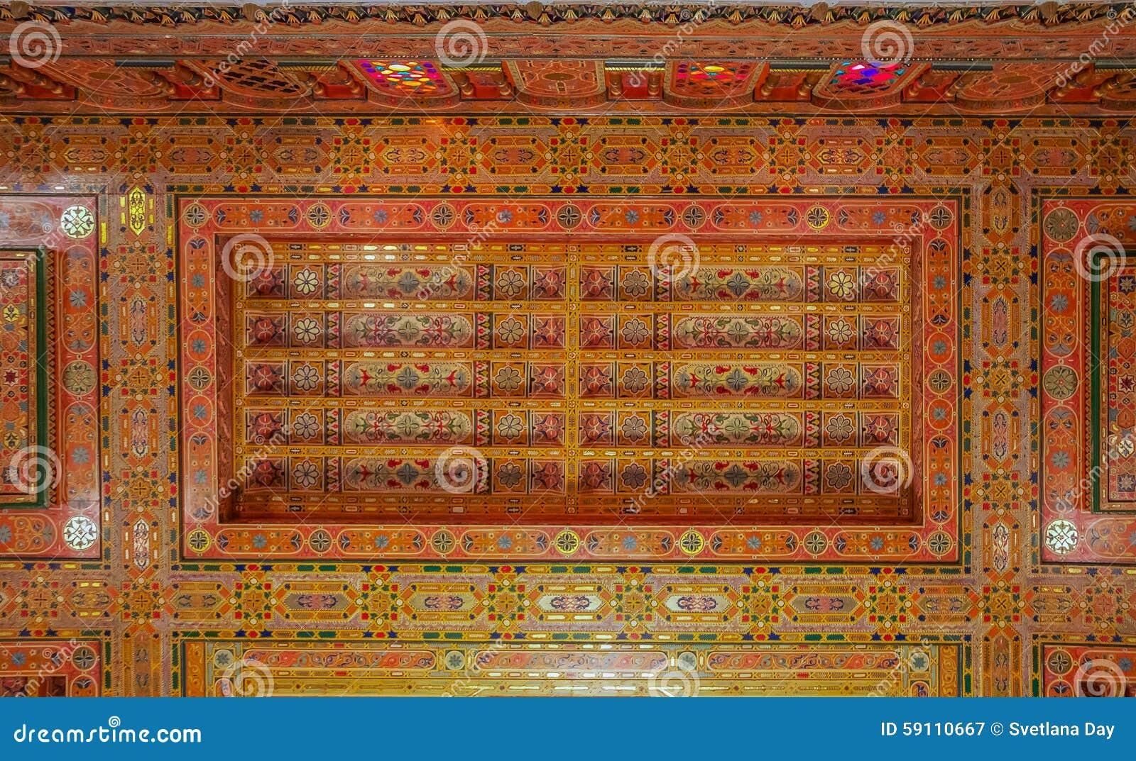 传统摩洛哥人被雕刻的天花板
