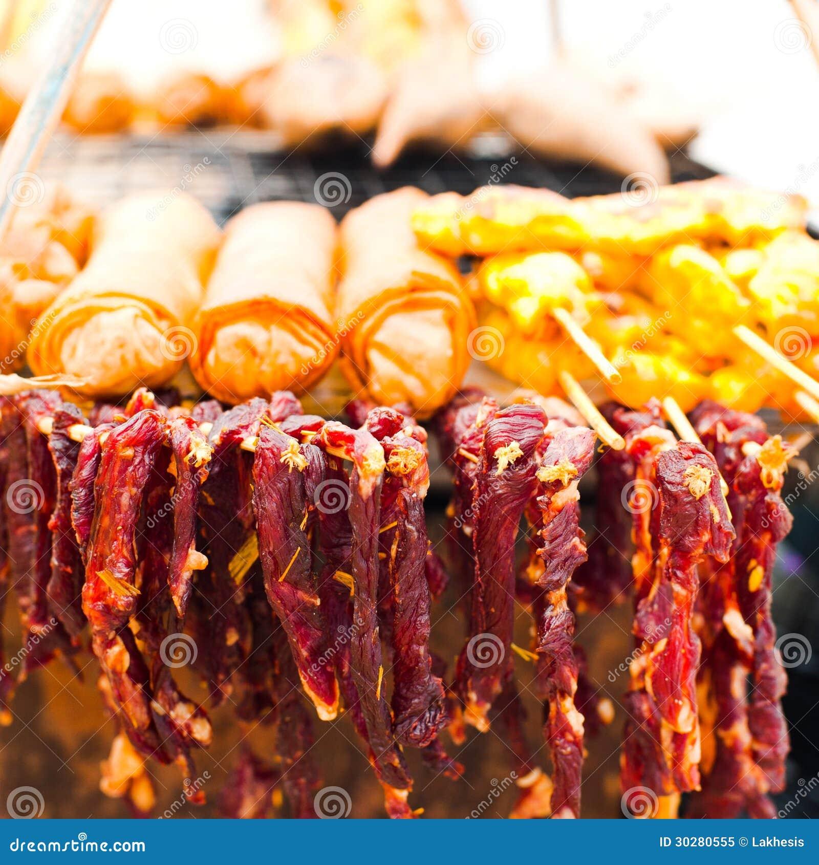 泰国食物。 干牛肉肉和春卷