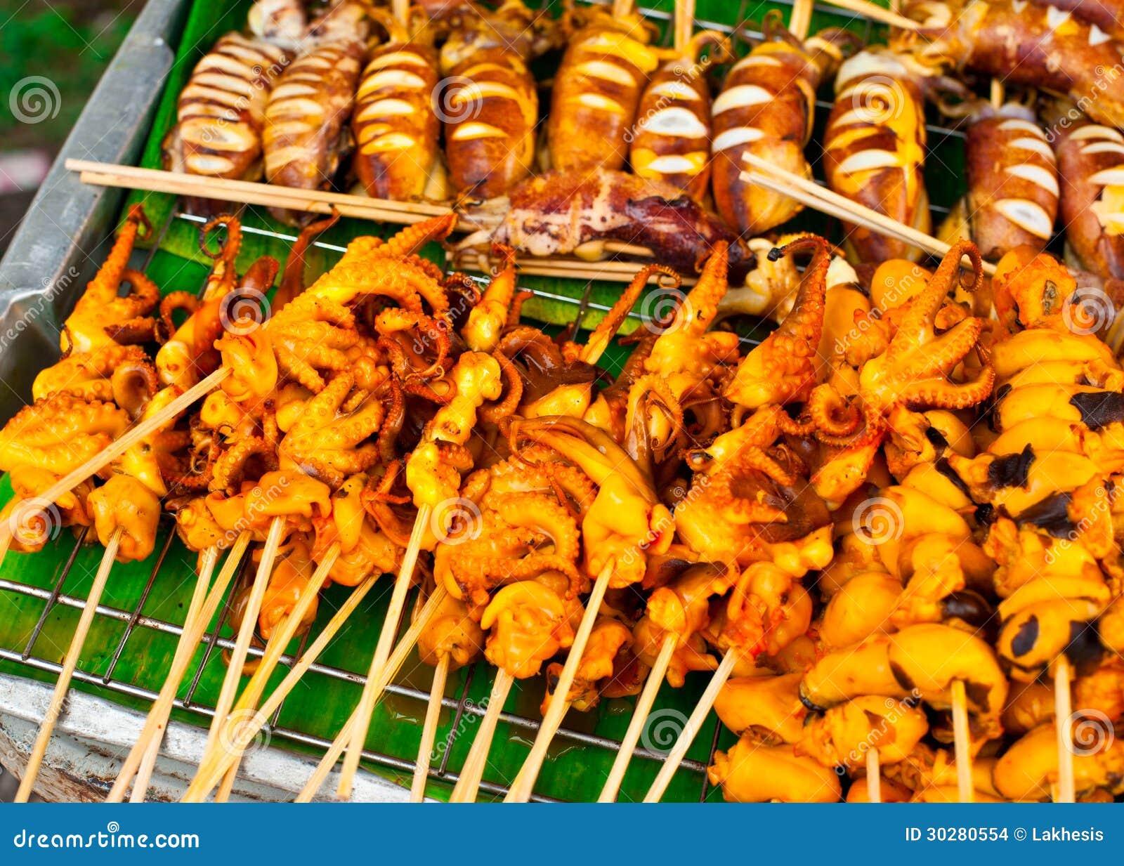 泰国食物。 在棍子的烤海鲜