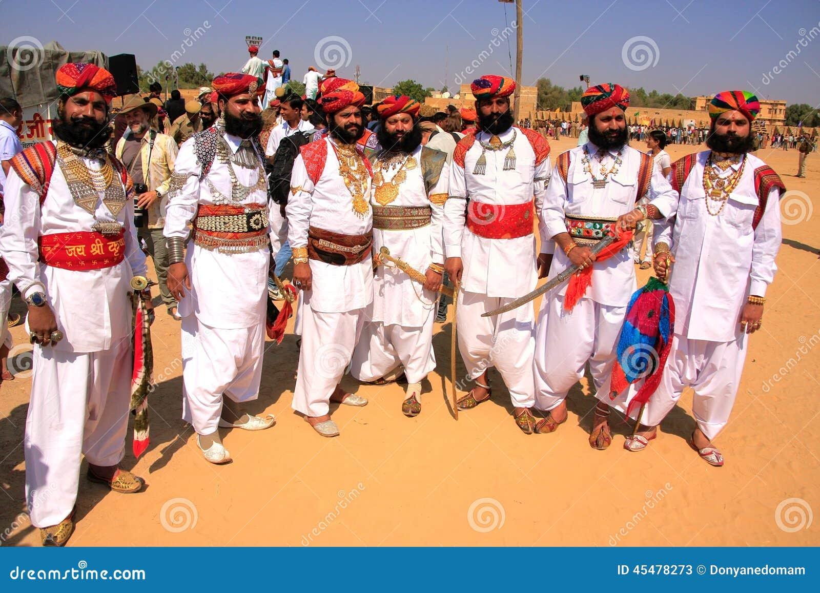 传统礼服的印地安人参与在Desert先生competi的