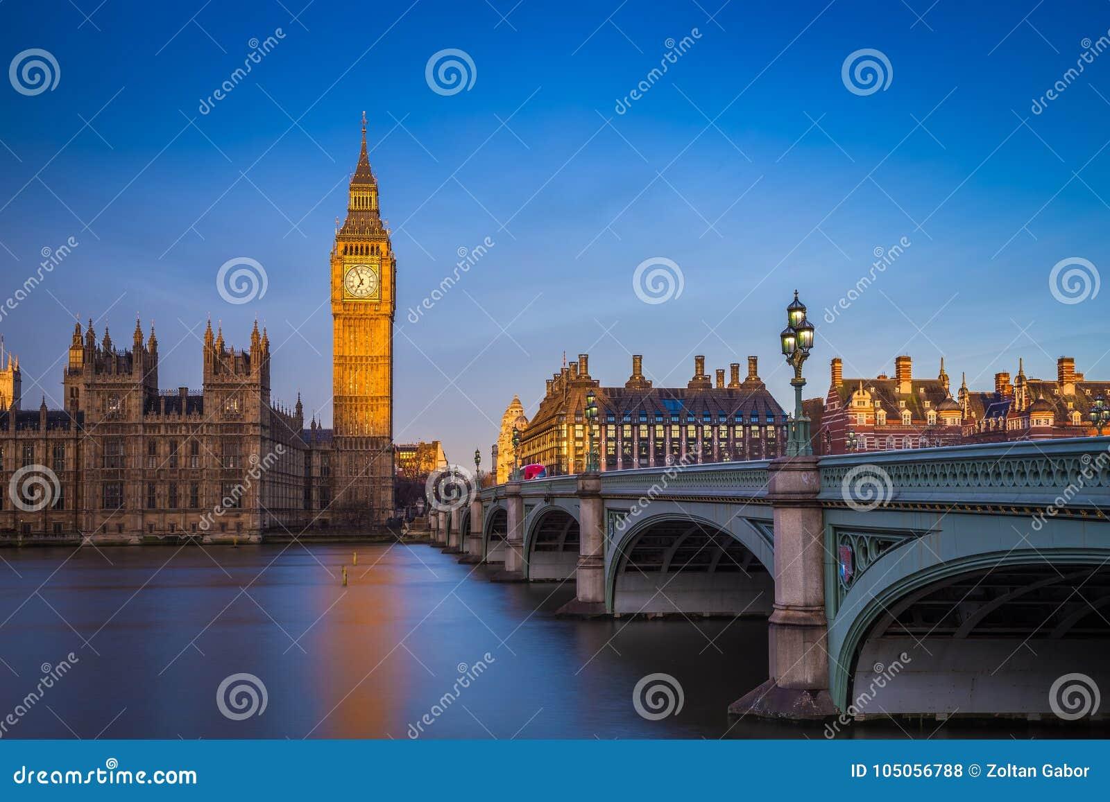 伦敦、议会英国-美丽的大本钟和议院在日出的与清楚的蓝天