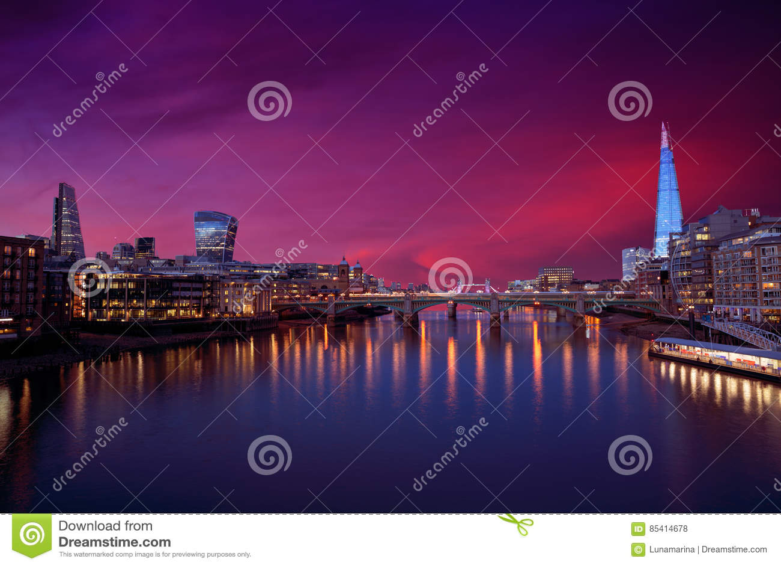 伦敦在泰晤士河的地平线日落