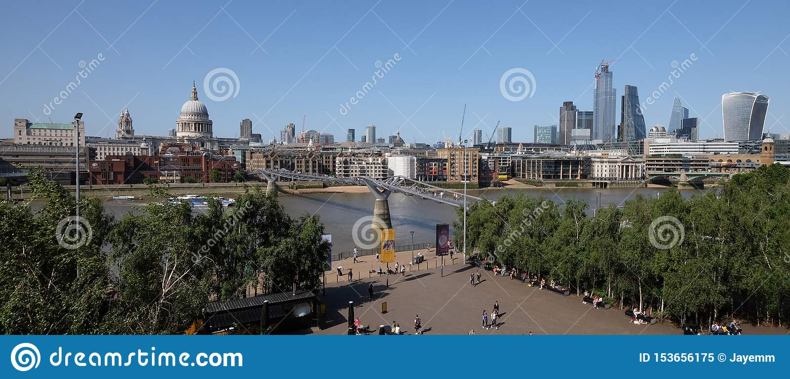 伦敦市,英国2019年7月6日:伦敦从南银行看的地平线全景