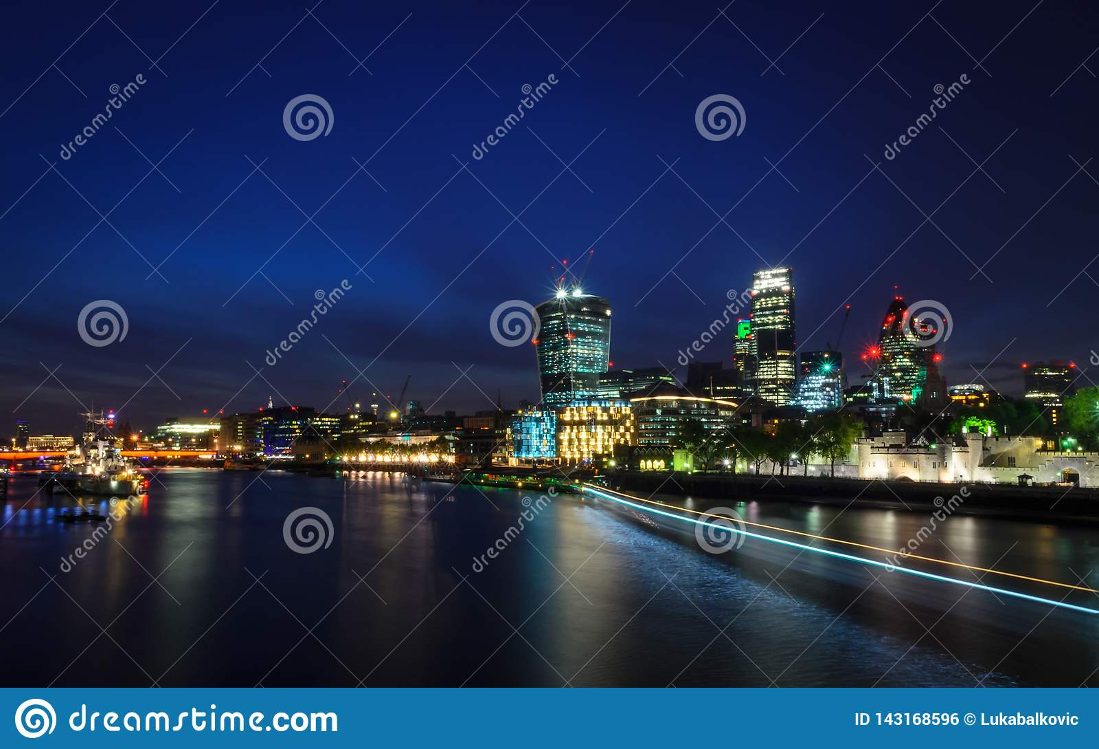 伦敦市/英国:在地平线的在微明期间的看法和泰晤士河从伦敦塔桥