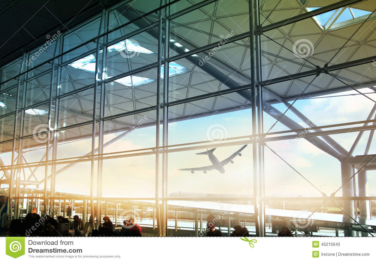 伦敦斯坦斯特德机场,英国- 2014年3月23日:机场窗口和信息板