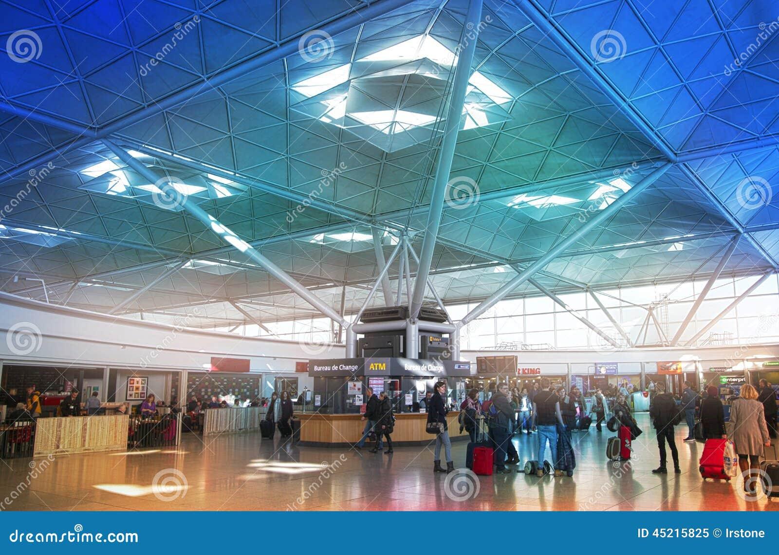 伦敦斯坦斯特德机场,英国- 2014年3月23日:机场离开唱腔的乘客,等待由问讯处,看o