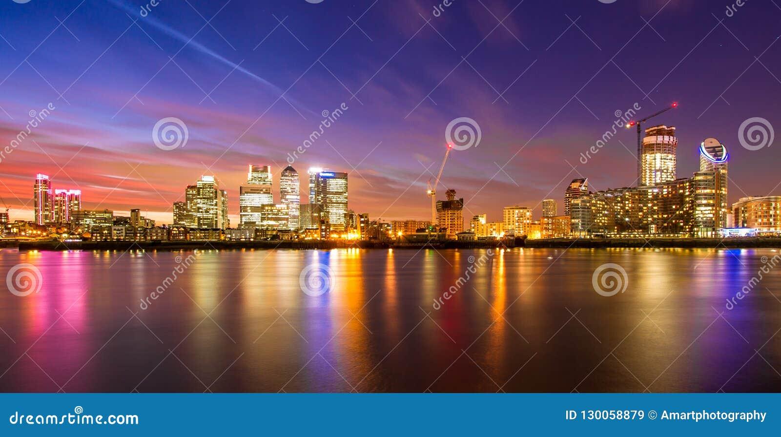 伦敦港区在晚上