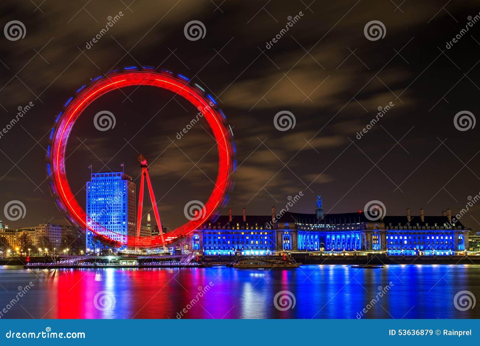 伦敦眼在晚上照亮了在伦敦,英国