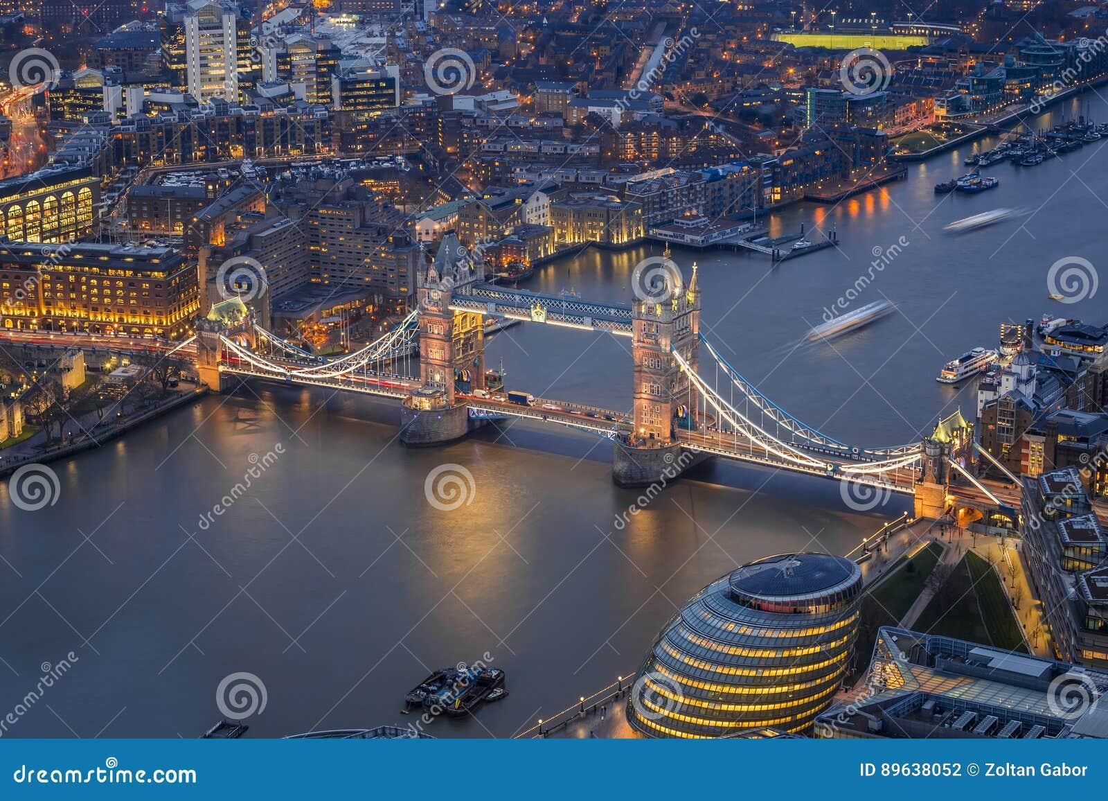 伦敦,英国-举世闻名的塔桥梁的鸟瞰图