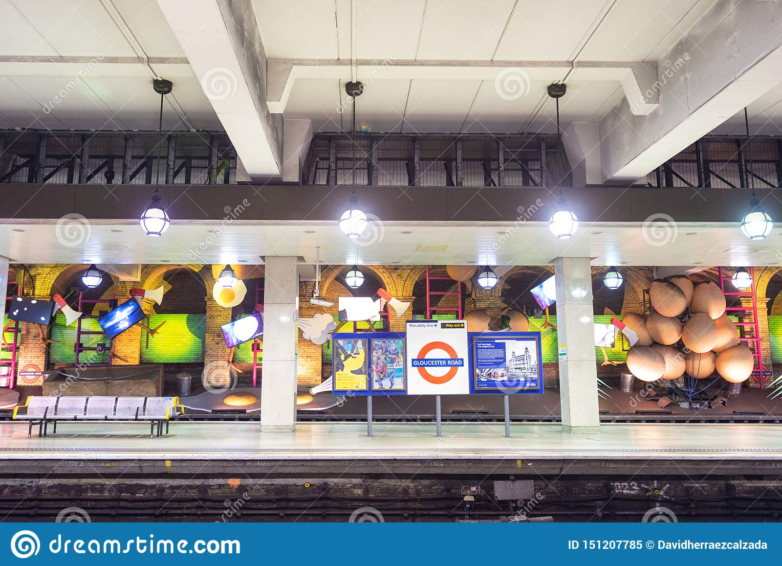 伦敦,英国- 2019年5月13日:告士打道的著名伦敦地铁驻地