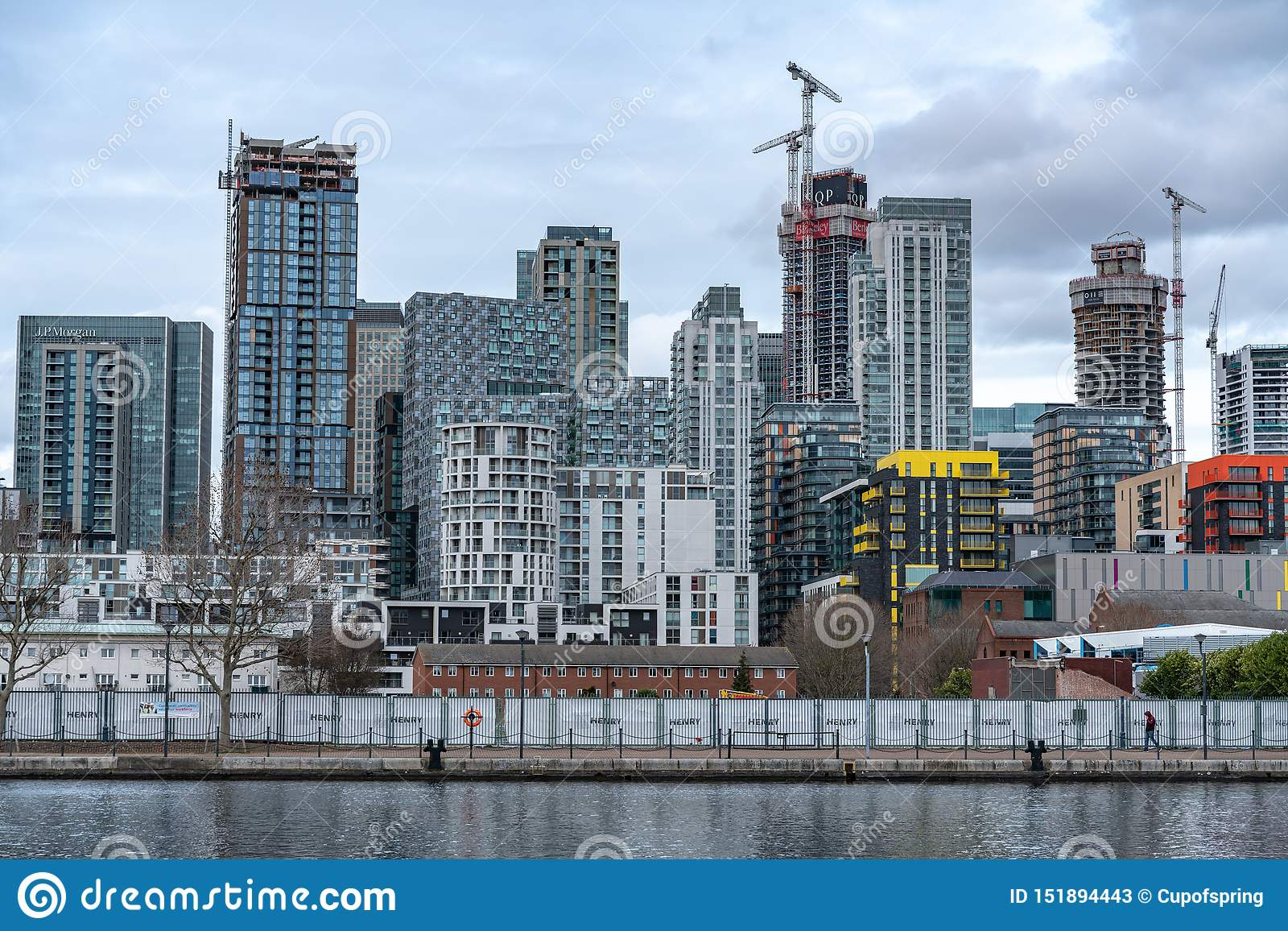 伦敦,英国- 2019年3月05日:新的家和发展,在泰晤士河的现代居民住房在金丝雀码头