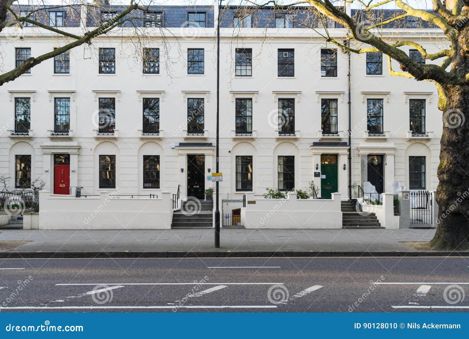 伦敦- 3月30 :典型的维多利亚女王时代的城内住宅行在有五颜六色的门的伦敦肯辛顿2017年3月30日