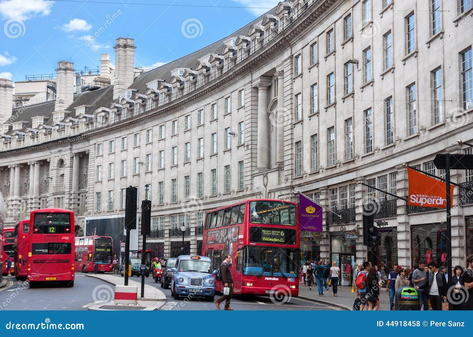 伦敦- 8月16 :在摄政的街道的典型的双层公共汽车