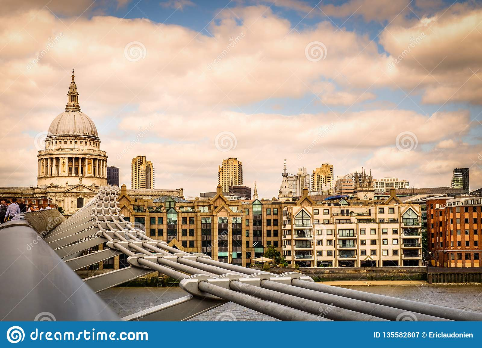 伦敦St保罗的大教堂日落