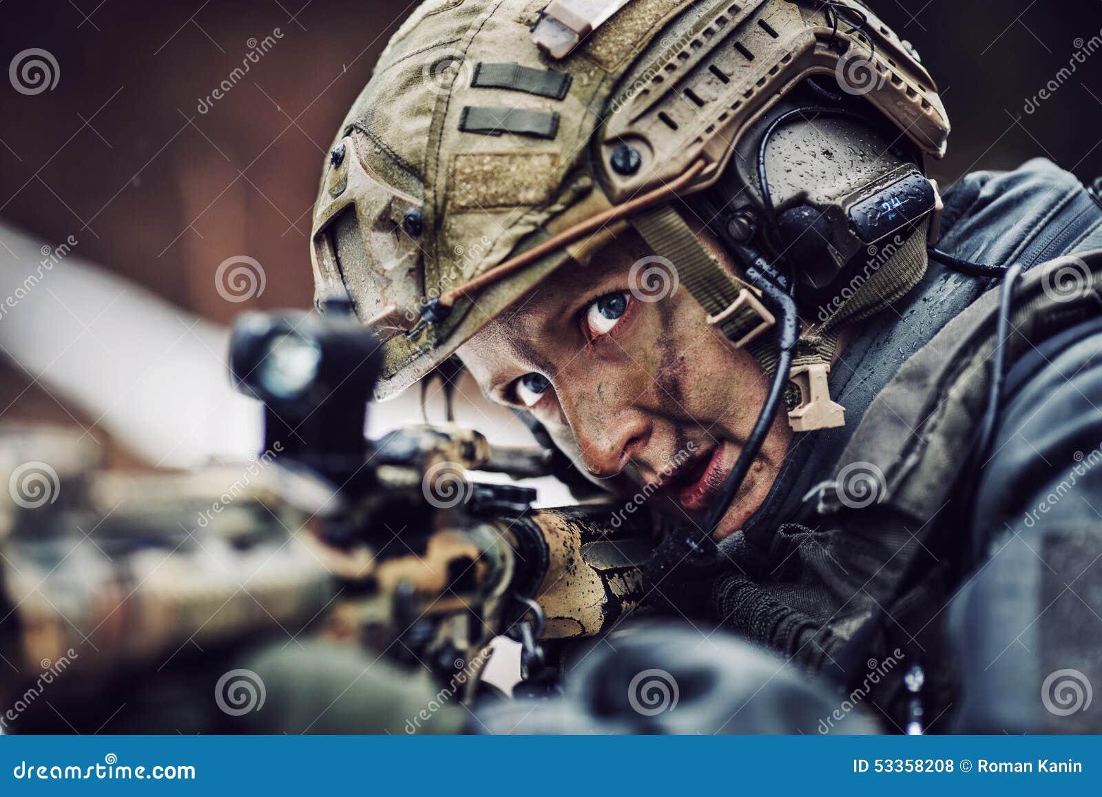 伪装的武装的妇女与狙击手枪