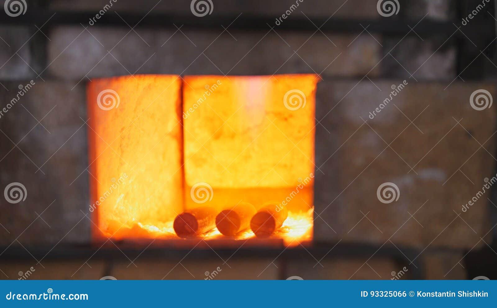 伪造加热的金属的火在伪造烤箱