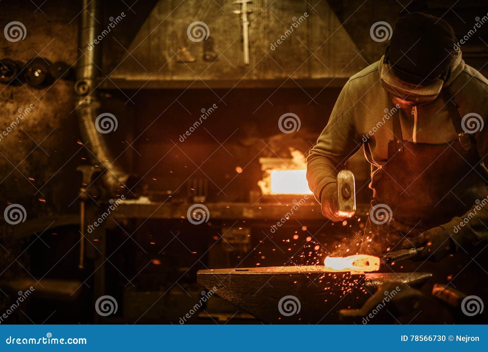 伪造在铁砧的铁匠熔融金属在铁匠铺
