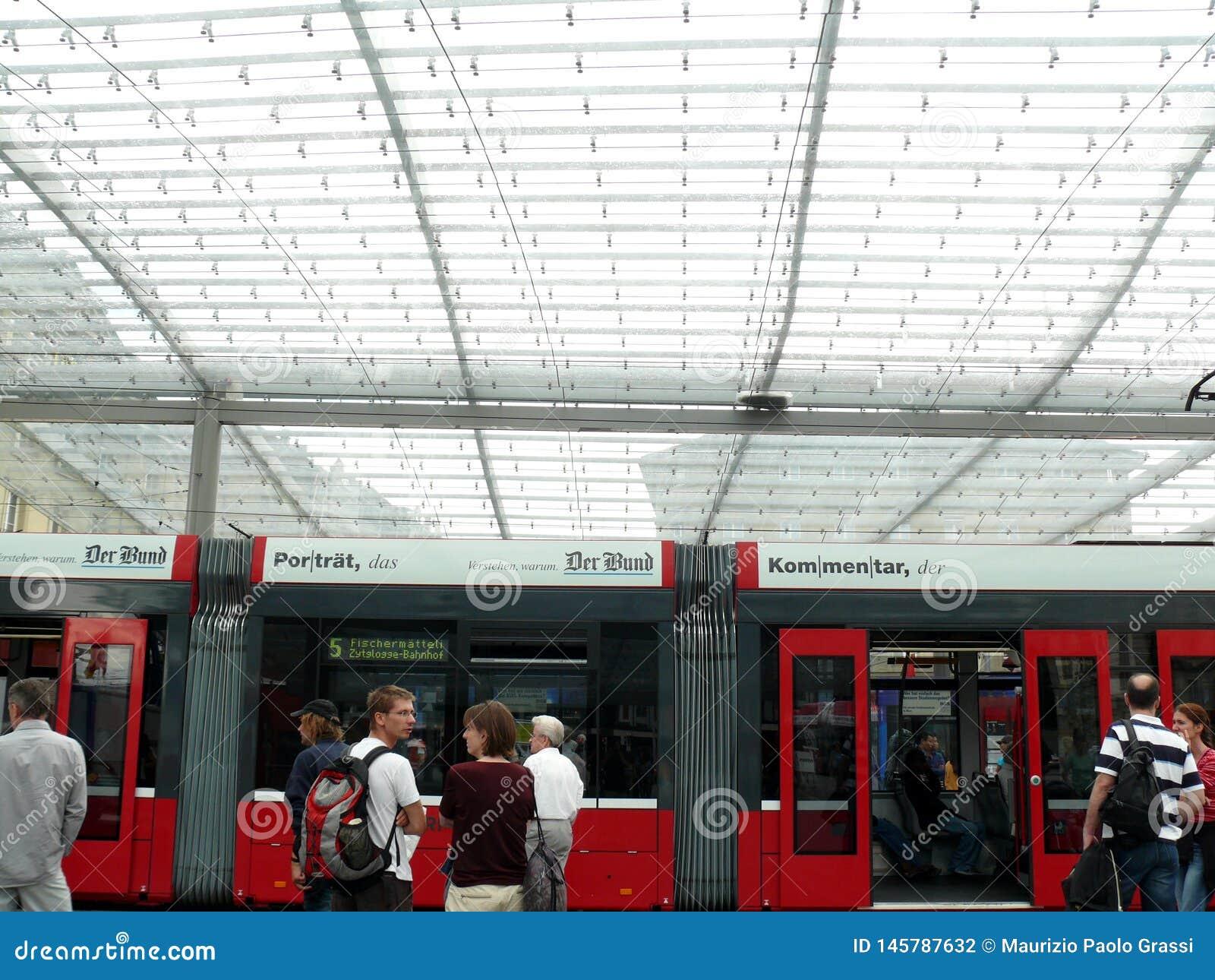 伯尔尼,瑞士 08/02/2009 电车驻地的乘客