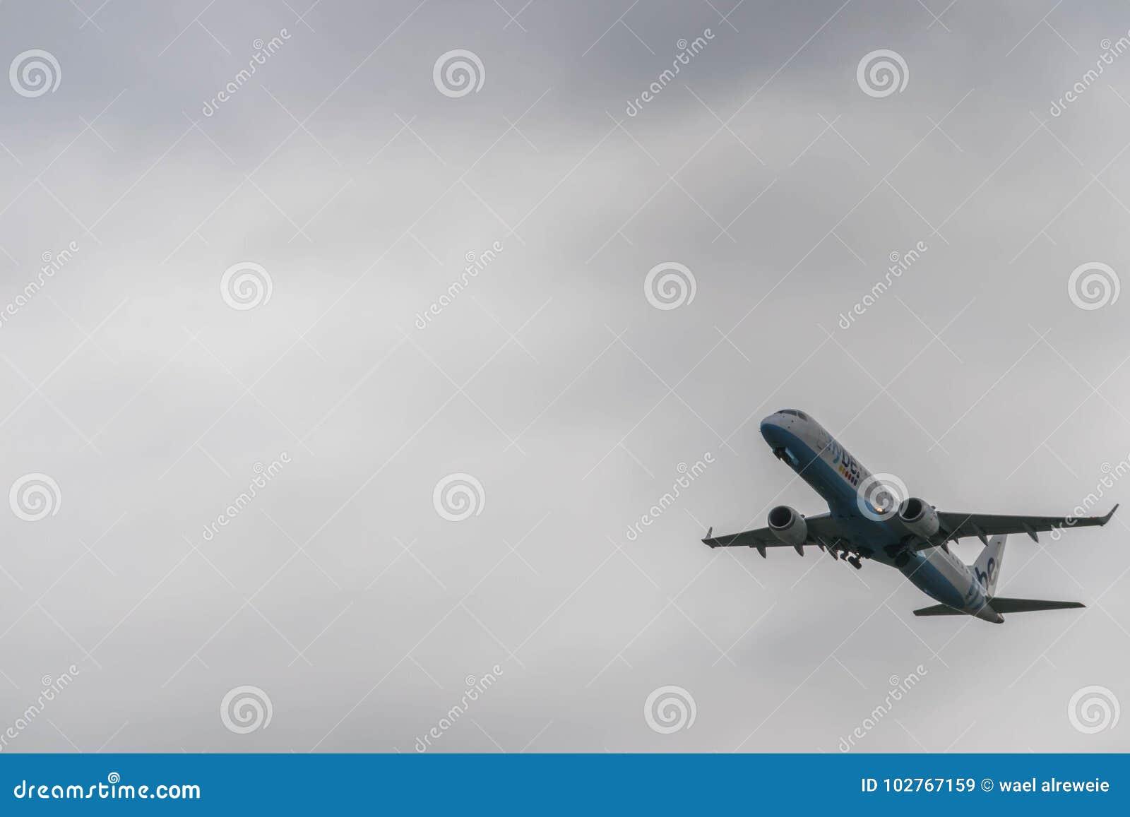 伯明翰国际机场,伯明翰,英国- 2017年10月28日:Flybe航空公司飞机离开