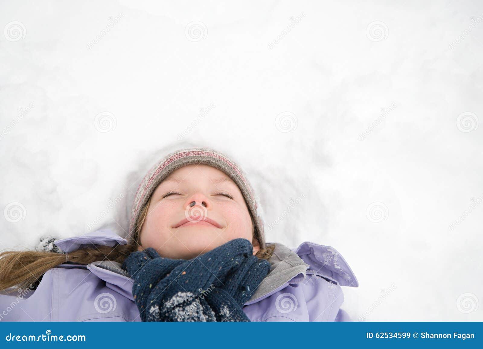 位于在雪的女孩