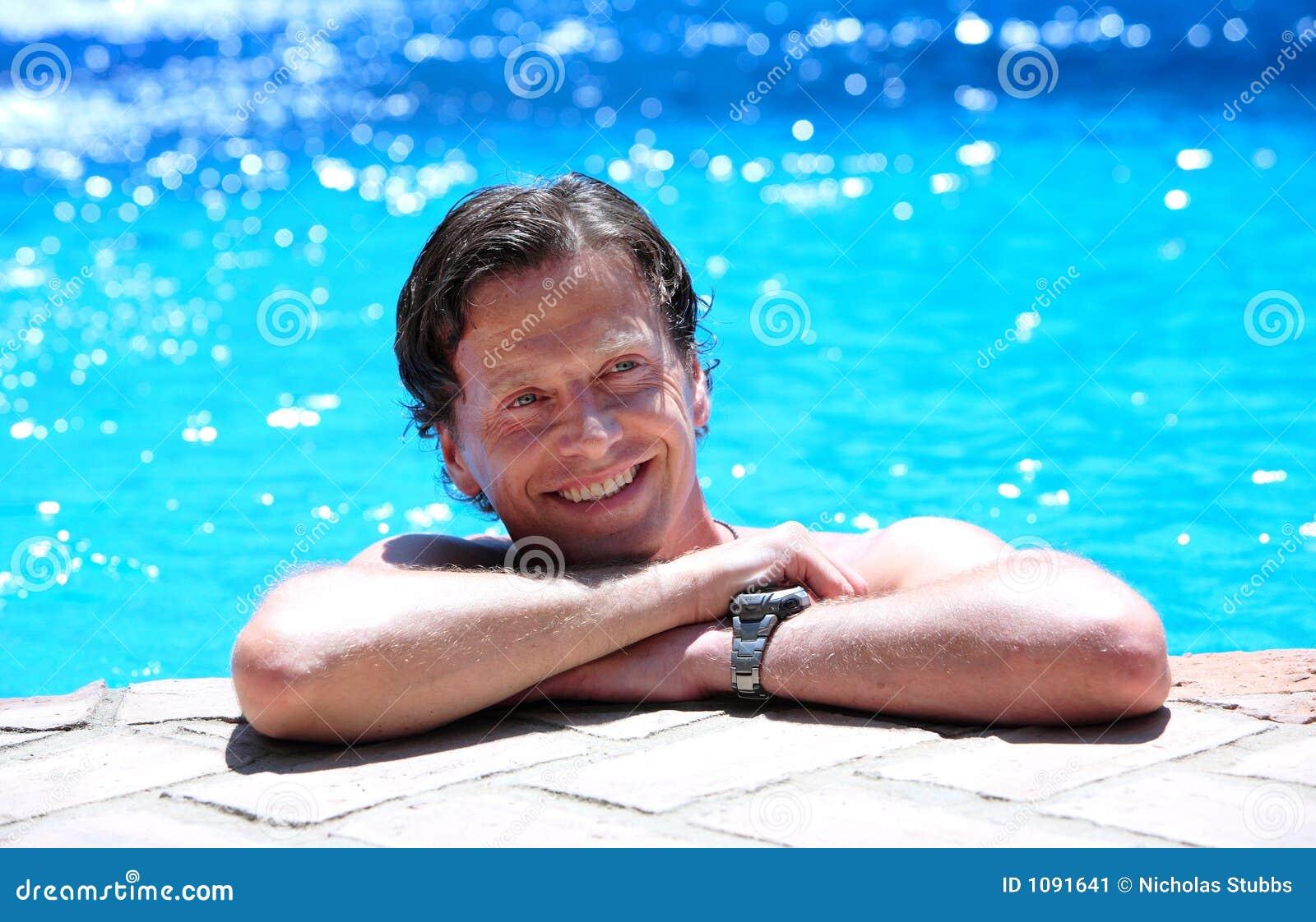 位于的人池端星期日游泳