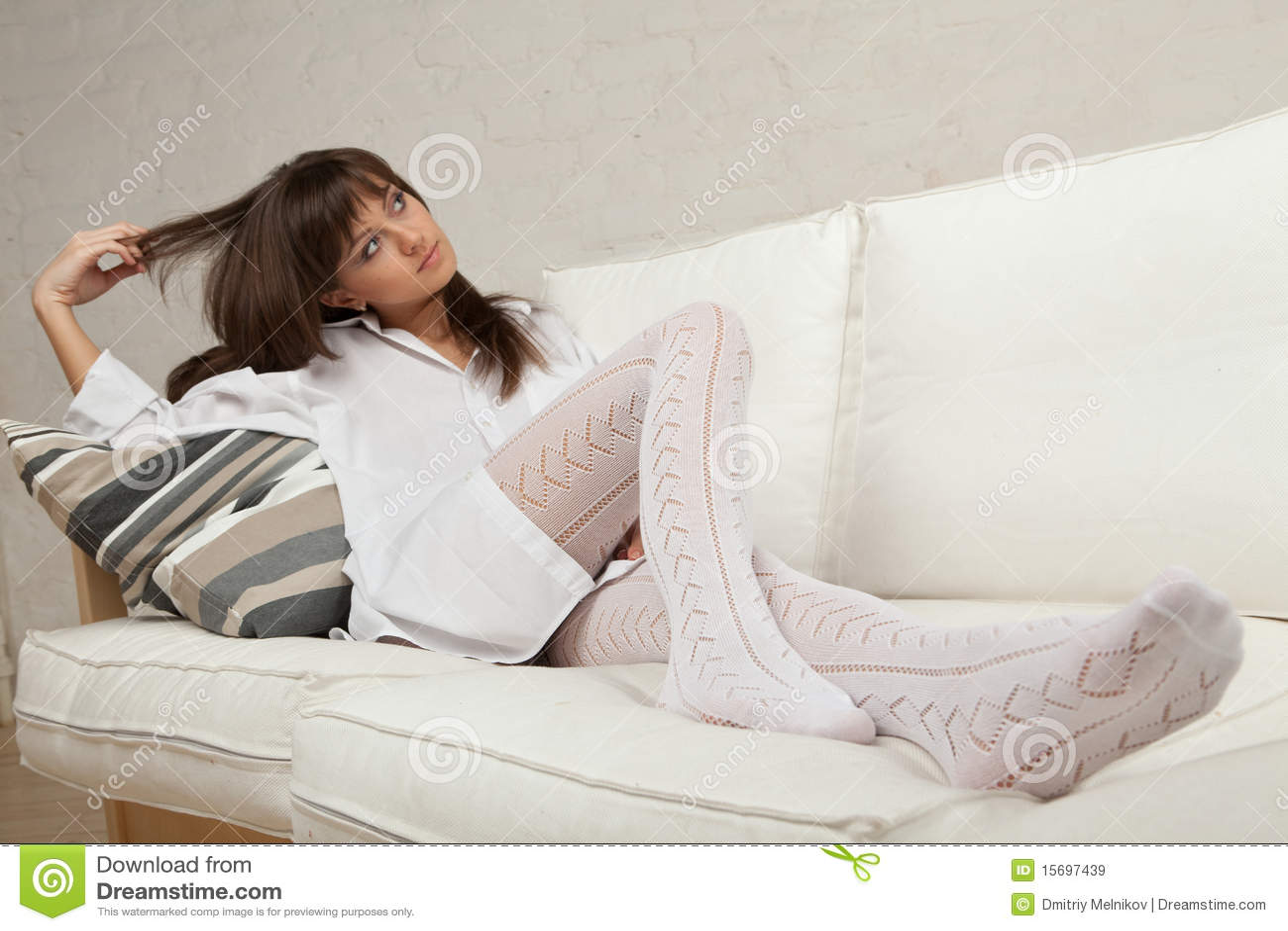 位于的沙发妇女年轻人