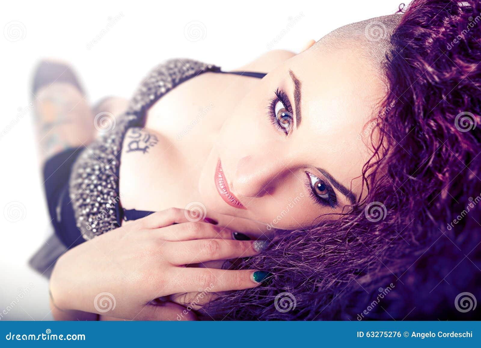 低劣的女孩,面孔构成 秀丽和性感的纹身花刺