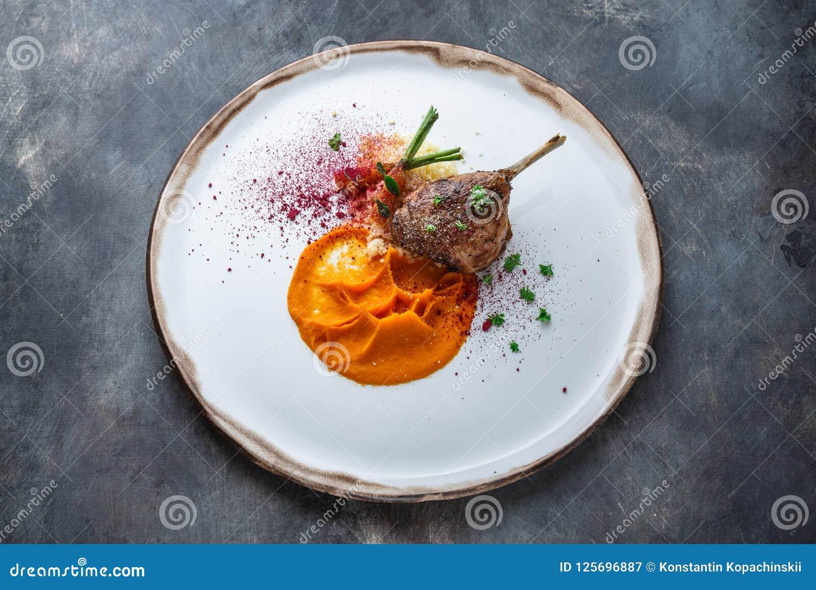 低头腿confit用batat纯汁浓汤、红萝卜和蒸丸子,餐馆膳食