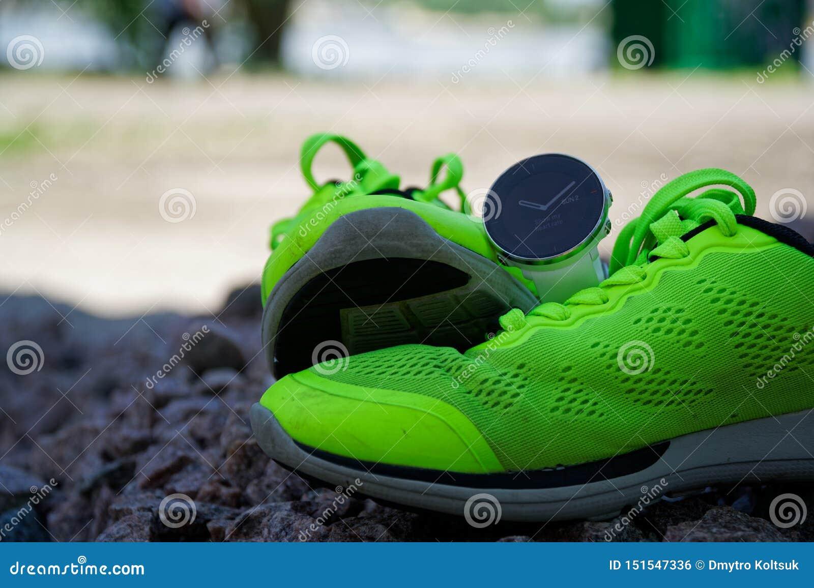 体育在绿色跑鞋的注意crossfit和三项全能 巧妙的注意跟踪的每日活动和力量训练