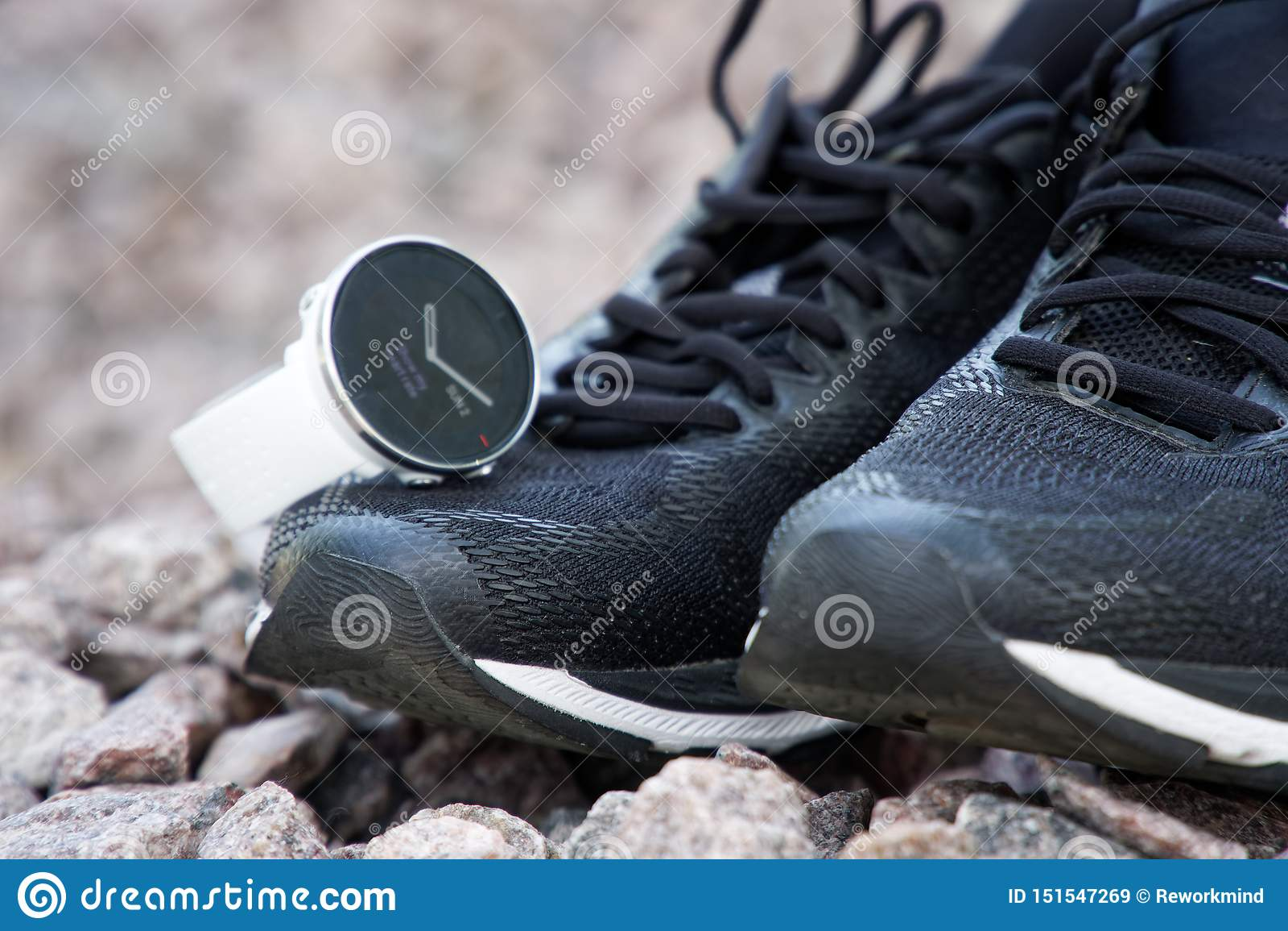 体育在跑鞋的注意crossfit和三项全能 巧妙的注意跟踪的每日活动和力量训练