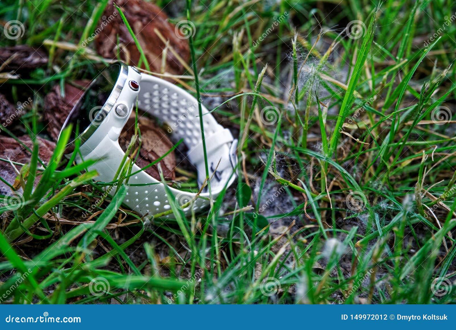 体育注意在地面上的连续白色在草 健身注意跟踪的每日活动和力量训练