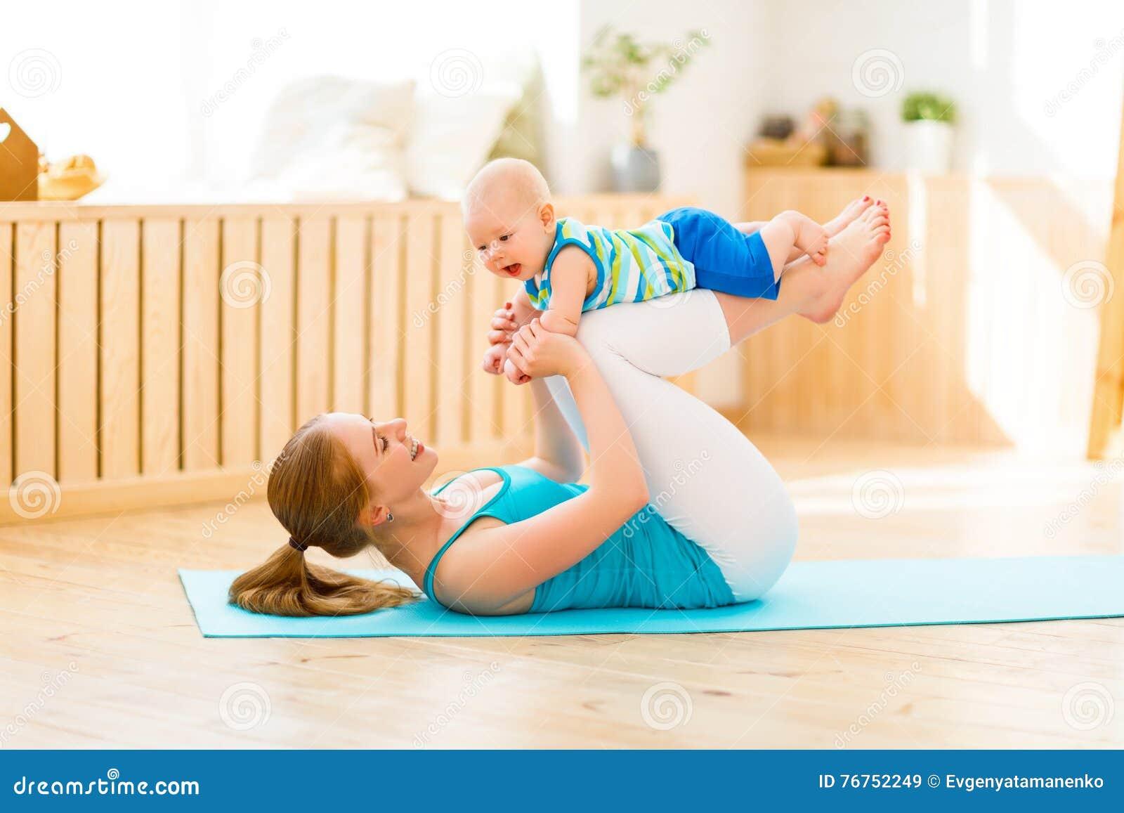 体育照顾在家参与健身和瑜伽与婴孩