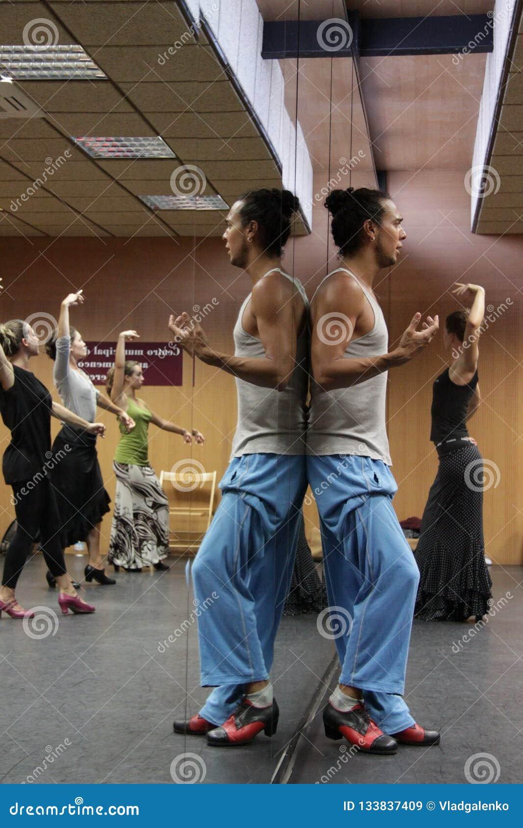 佛拉明柯舞曲老师米格尔巴尔加斯在佛拉明柯舞曲艺术中心'拉梅尔塞'在卡迪士