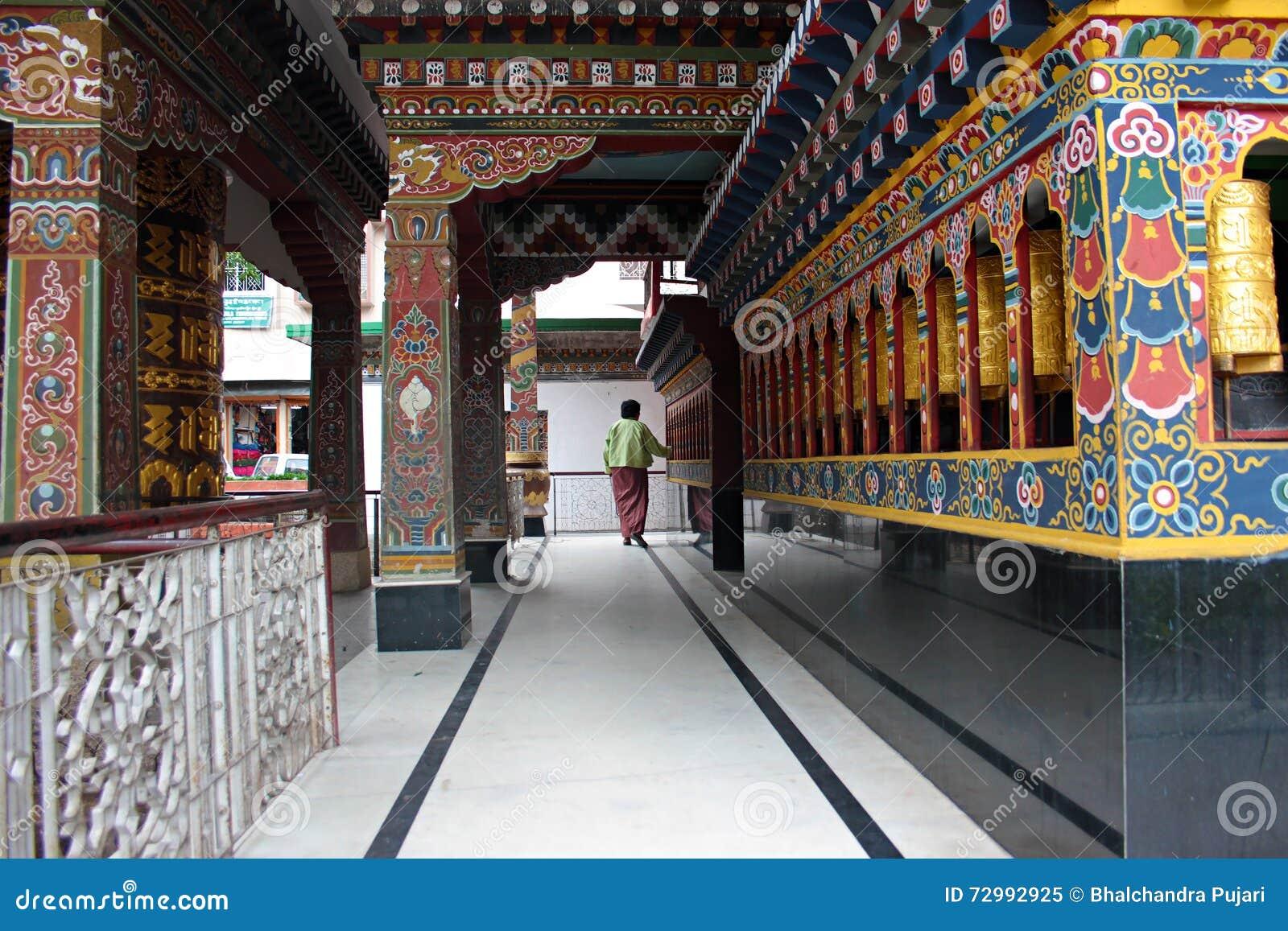 佛教寺庙的献身者