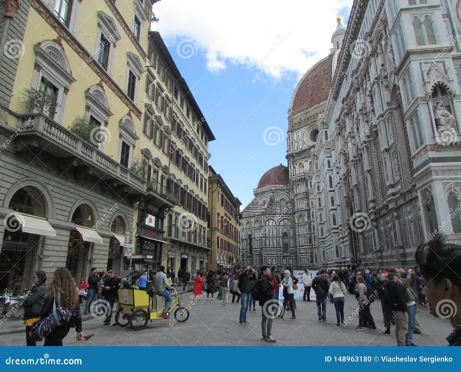 佛罗伦萨,意大利,中心广场 游人人群  在左边是宽容寺庙复合体
