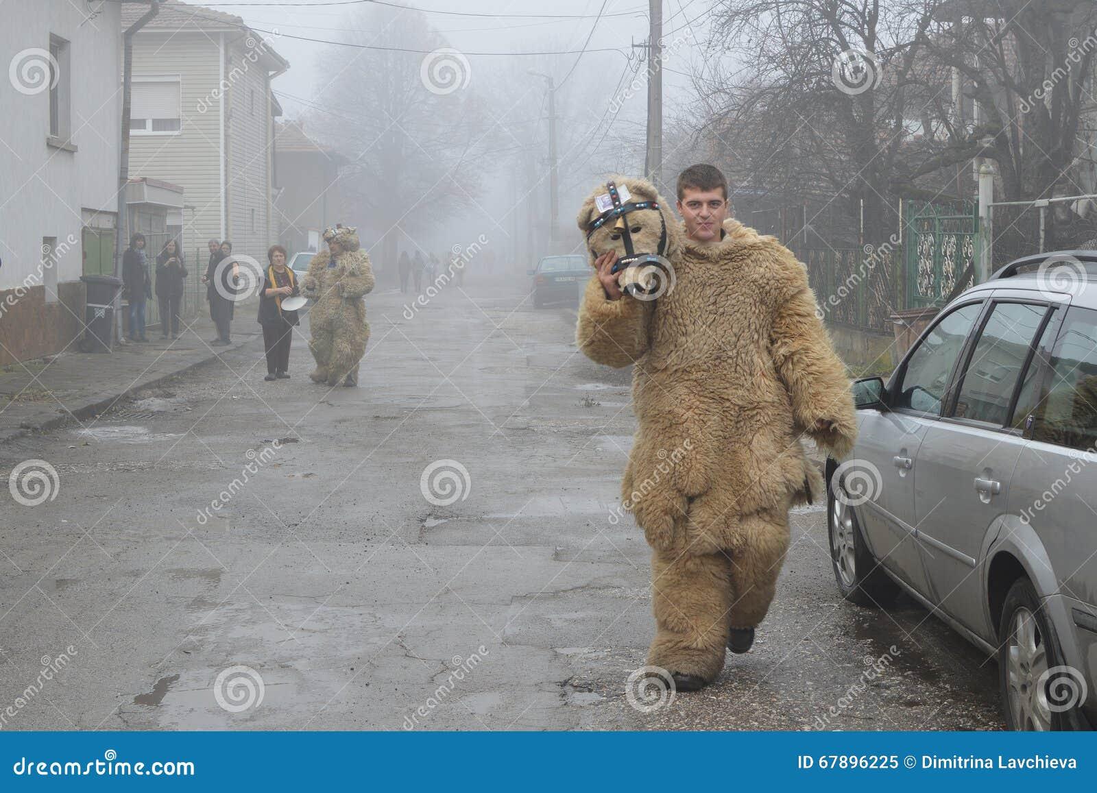 作为在一条有雾的村庄街道的一头熊被掩没的年轻人
