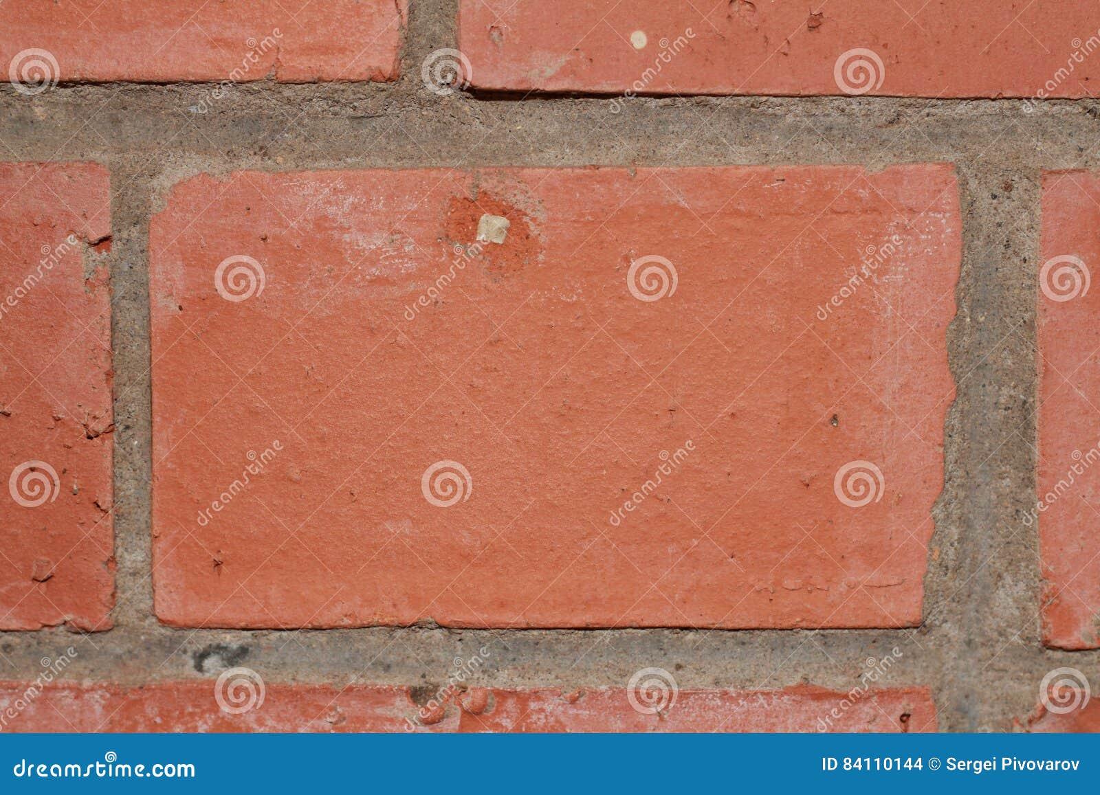 作为墙壁一部分的红砖和水泥纹理构筑特写镜头