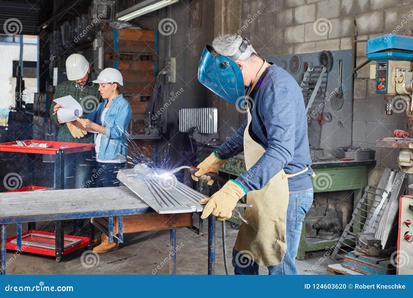 作为工作者的焊工与钢一起使用