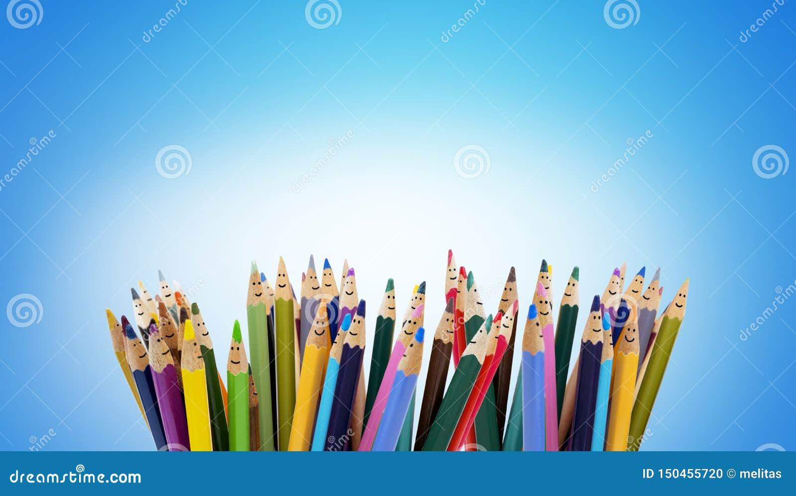 作为微笑的孩子的面孔的色的铅笔 小组愉快的孩子 友谊和通信孩子 幼儿园
