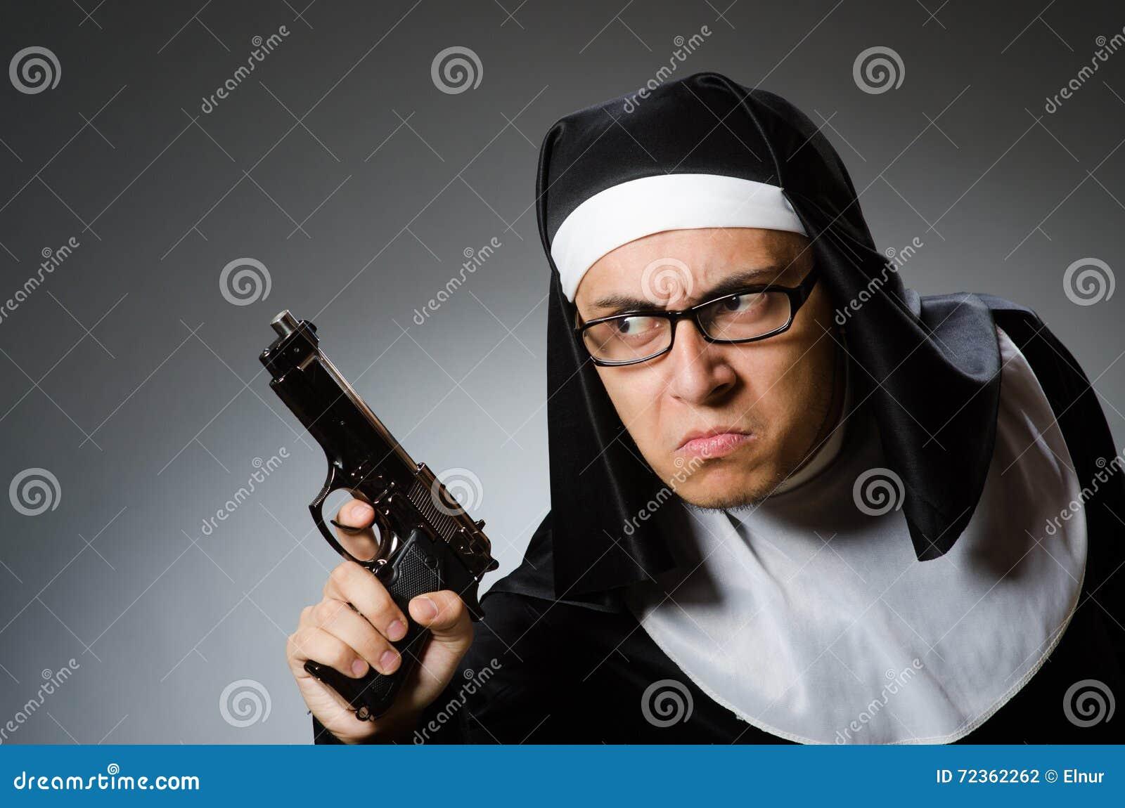 作为有手枪的尼姑打扮的人