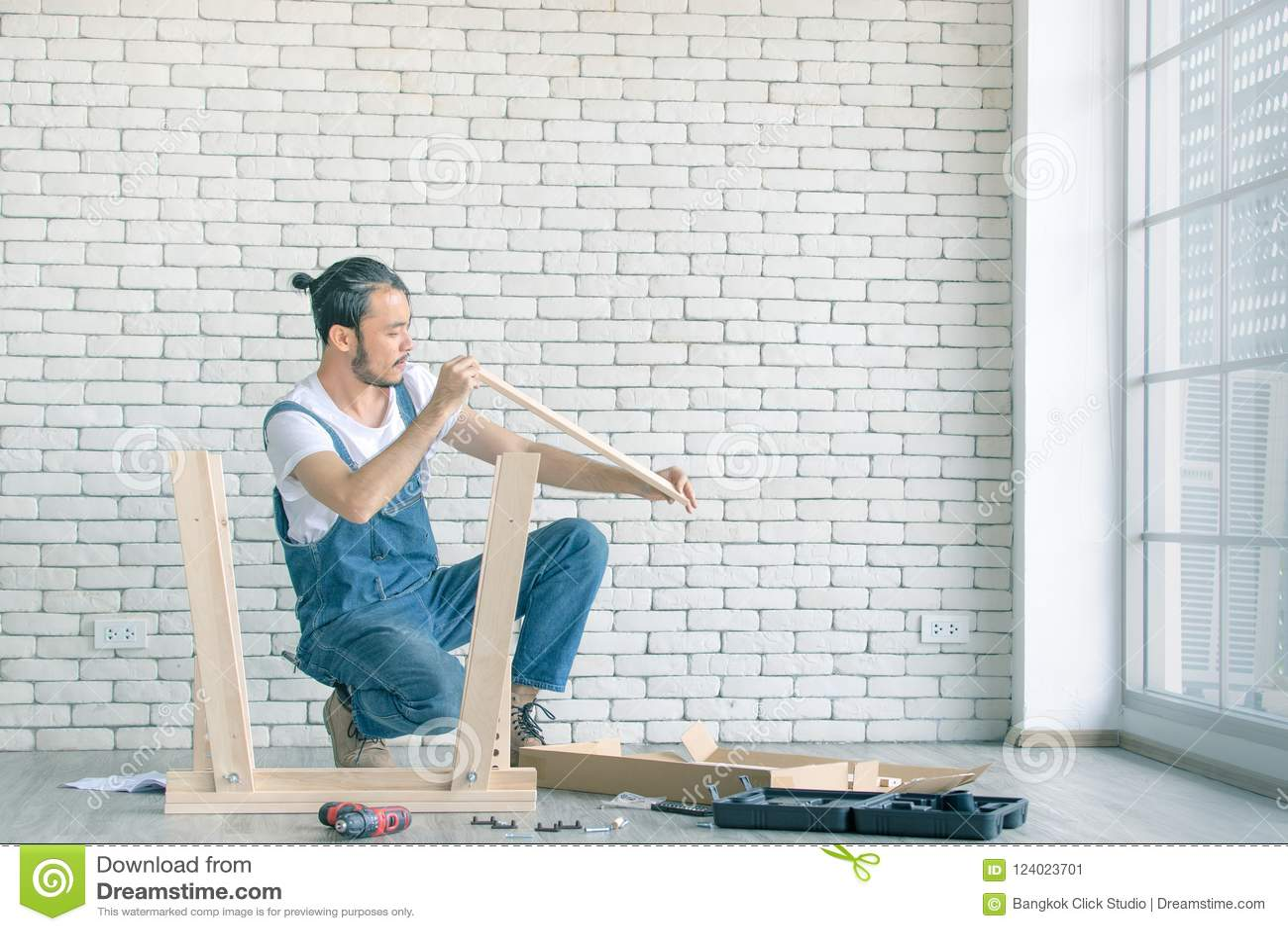 作为杂物工,与equipm的聚集的木桌的年轻人工作